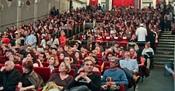 Publika uoči projekcije filma Dug